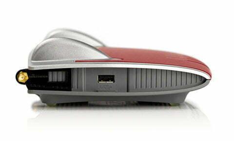 FRITZ!Box 7390 mit FriXtender Halterung für externe WLAN Antennen links