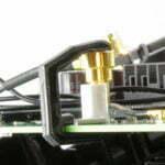 Die Klammern halten sich auch am Mainboard fest, sollte eine Klammer schwer aufzudrücken sein, diese an einer freien Stelle am Mainboard vorher weiten.